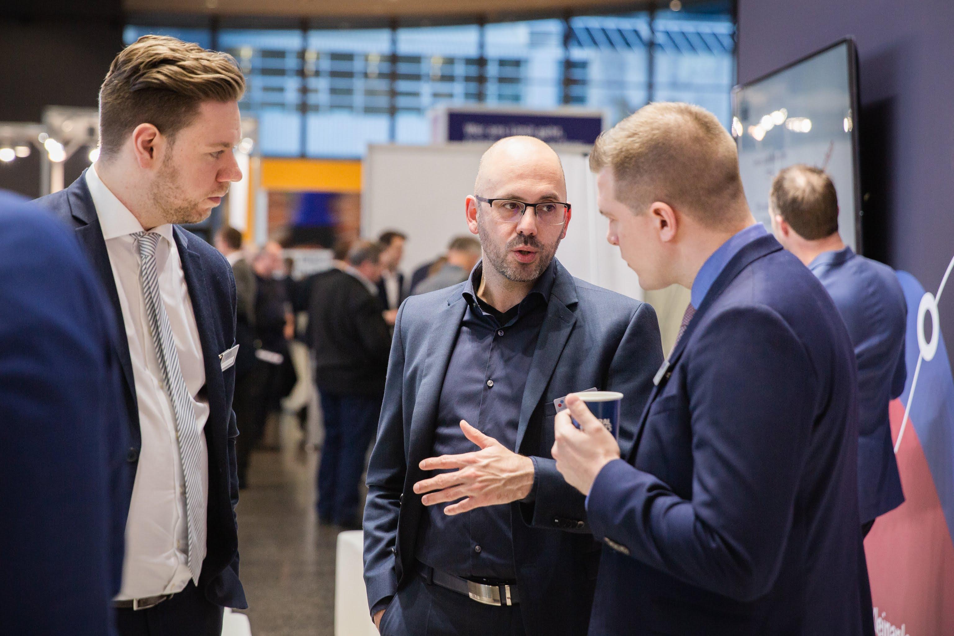 Heiko Behrendt runā ar Admiral Markets kontu menedžeriem Aron Radoschofski un Tim Temp