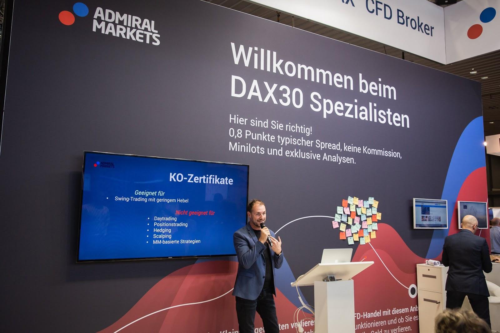 Dirk Hilger ettekannet tegemas